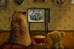 Американец приручил 700-килограммового медведя: забавное видео
