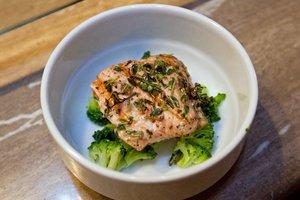 Рецепт дня: сырный суп с брокколи и лососем