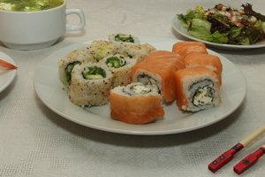 В Киеве пять человек отравились суши