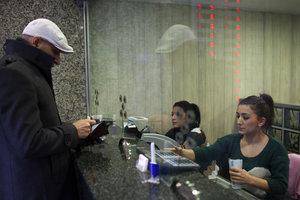 Банки сокращают сеть отделений. Фото: Getty