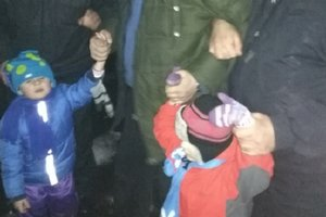 Near Kiev, the father forced the kids to stand on the roof of the hospital