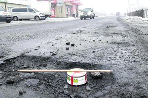 Repair of roads in Kharkiv region: the billions and cake in the pit