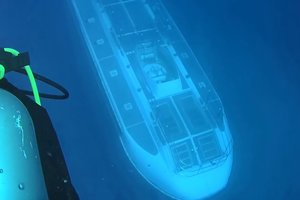 Videochat: divers met a mysterious submarine in the ocean depths