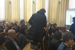 Скандал в Киеве: во время сессии депутат ползала на коленях