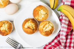 What to cook children: curd cupcakes with fruits