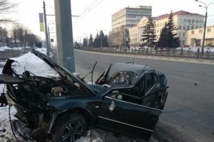 В Харькове иномарка влетела в столб: водитель погиб на месте