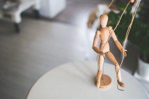10 признаков того, что вами манипулируют