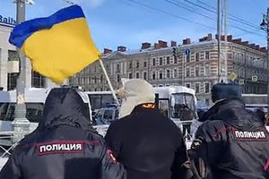 In St. Petersburg detained the man with the flag of Ukraine