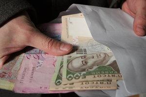 """Украинцы массово получают зарплаты в конвертах: почему люди отказываются от """"белых"""" доходов"""