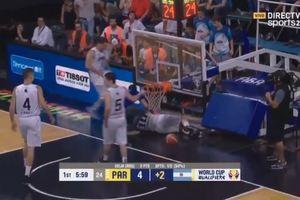 Баскетболиста привалило щитом прямо во время матча