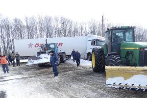 В Черкасской области многотонная фура парализовала движение поездов