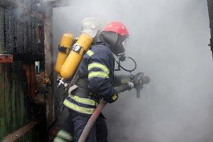 Под Киевом загорелся гараж и хозпостройка, пострадал мужчина