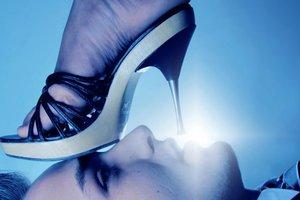 Видеошок: в России трансвеститы в коротких платьях жестоко избили прохожего