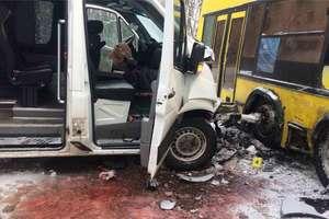 В Киеве маршрутка с пассажирами столкнулась с автобусом