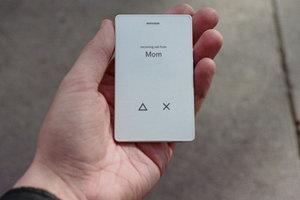 Будущее наступило: в продажу поступил телефон размером с кредитную карточку