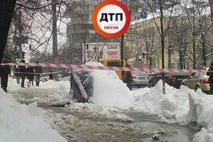 Видеошок: в Киеве автомобиль провалился под землю