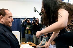 Участница Femen на избирательном участке в Италии обнажилась во время голосования Берлускони