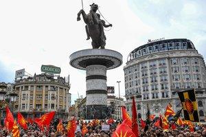 В Македонии тысячи людей протестуют против смены названия страны