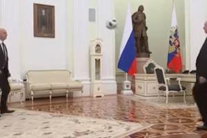 Путин сыграл в футбол в рабочем кабинете: появилось видео
