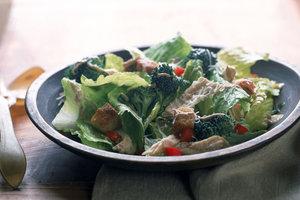 Рецепт на 8 Марта: салат из копченой курицы, помидоров и сыра
