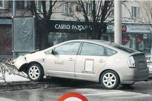 В Киеве пьяный водитель такси снес ограждение