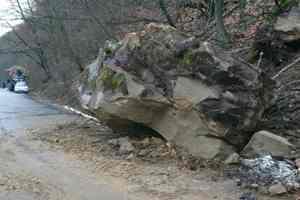 На трассу в Закарпатской области с гор обрушился селевой поток и глыбы камней
