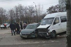 В Запорожье маршрутка столкнулась с двумя авто