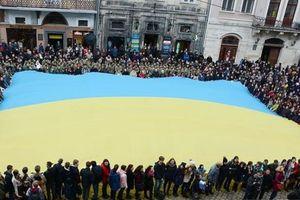 В центре Львова сотни людей исполнили гимн Украины