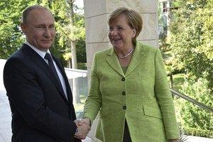 Копченая рыба и пиво: Меркель рассказала, как обменивалась подарками с Путиным