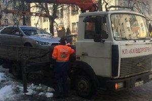 В центре Киева массово эвакуировали машины