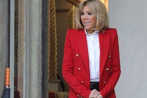 64-летняя первая леди Франции в мини от Louis Vuitton похвасталась стройными ножками