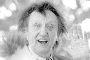 Умер известный британский комик