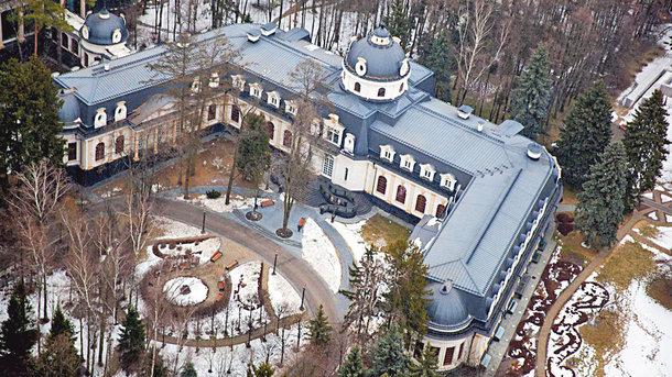 """""""Хатынка"""" Шувалова. Чтобы сюда не заглядывали, рядом в построенном ЖК замуровали окна. Фото: navalny.com"""