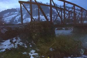 На Закарпатье автомобиль c огромной высоты слетел в реку