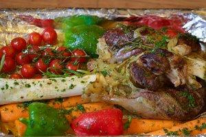 Идея для весеннего ужина: запеченная баранья нога с овощами