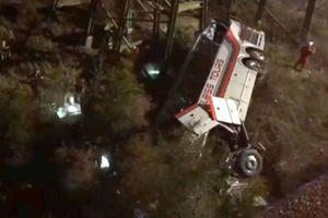 В США автобус с детьми упал в овраг, есть погибший и многочисленные раненые