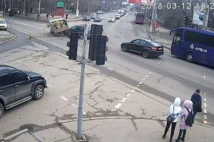 Грузовик с лимонами попал в аварию в Одессе: видео