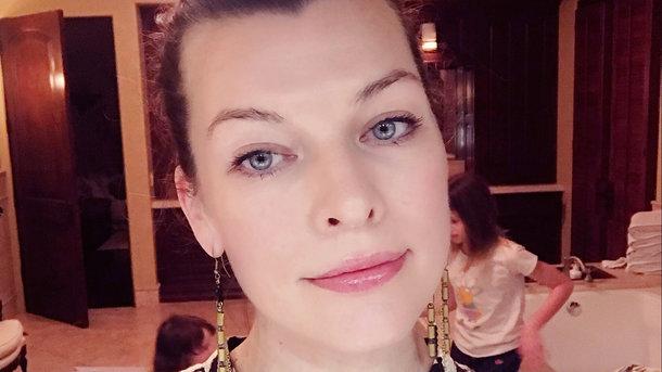 Милла Йовович опубликовала фото своей младшей дочери ... милла йовович супруг