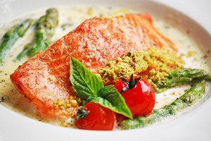 Идея для весеннего ужина: форель со сливочным соусом и спаржей