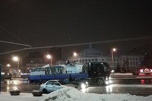 По центру Киева перевозили самолет