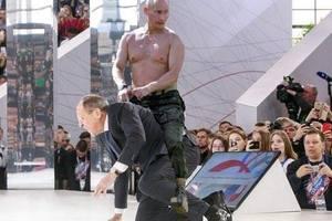 Падение Лаврова на колени высмеяли яркими фотожабами