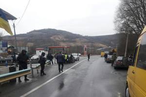 """На въезде в Закарпатье остановили  вооруженных """"туристов"""""""