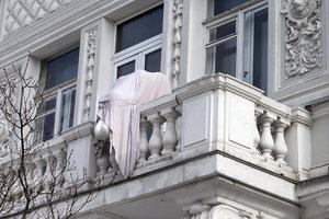 Доброта вернется в Киев: разбитого ангела с балкона музея восстановят