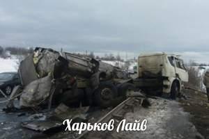 В Харькове слетел с трассы и загорелся грузовик (видео)