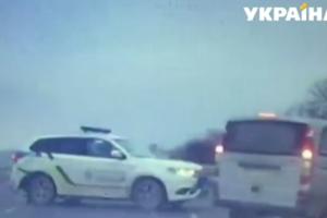 Во Львове пьяный водитель таранил машину копов, а потом просил наказать пассажира