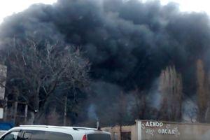 Масштабный пожар в Одессе: над городом зависло черное облако (видео)