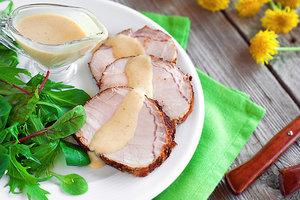 Идея для праздничного ужина: свиная корейка с яблочным соусом