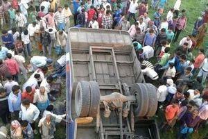 14 человек погибли в результате падения автобуса с моста в Индии
