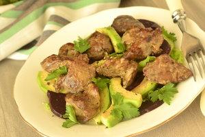 Рецепт дня: салат из куриной печени, авокадо и свеклы