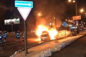 В Киеве перед Северным мостом сгорел автомобиль